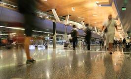 DOHA, QATAR, - 12 OKTOBER, 2016: Eindluchthaven met passagiers met zakken Royalty-vrije Stock Fotografie