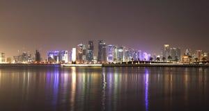 Doha-Skyline nachts, Qatar Stockbild