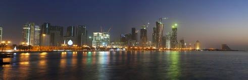 Doha-Skyline am Sonnenaufgang, Qatar Dezember 2008 Lizenzfreies Stockfoto