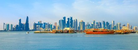 Doha-Skyline und -Dhows stockfoto