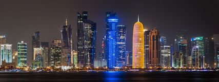 Doha-Skylinenachtpanorama Lizenzfreie Stockfotos