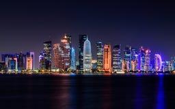 Doha stad, Qatar på natten Arkivbild