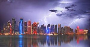 Doha am Sturm mit Blitzbolzen, Katar Lizenzfreies Stockfoto