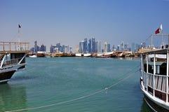 Doha-Türme und -Dhows stockbild