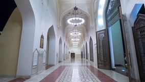 Doha timelapse του μουσουλμανικού τεμένους στο μουσουλμανικό Ισλάμ Αλλάχ Κατάρ, Μέση Ανατολή φω'των νύχτας απόθεμα βίντεο