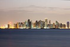 Doha zachodu zatoki linia horyzontu przy nocą Katar, Środkowy Wschód Obraz Stock