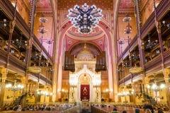 Dohany街犹太教堂的内部在布达佩斯,匈牙利 免版税图库摄影