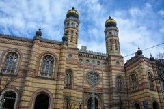 Dohany synagoga w Budapest z niebieskim niebem zdjęcia stock