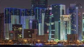 Dohawolkenkrabbers in de horizonnacht van de binnenstad timelapse, Qatar, Midden-Oosten stock video
