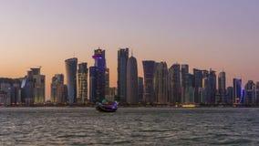 Dohawolkenkrabbers en Zonsondergang Geschoten op Canon 5D Mark II met Eerste l-Lenzen stock videobeelden