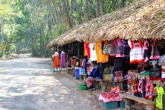 Doi Ang Khang Ethnic Market, populär turist- mat-frukt och besöker den lokala marknaden royaltyfria foton