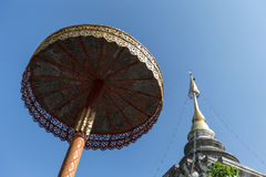 Doi Inthanon tempel med paraplyet Arkivbild