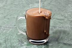Doi nalewający w górę filiżanki czarna kawa Zdjęcie Royalty Free