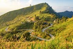 Doi Pha Tung Mountain bij Zonsopgang met de Hemel van de Mistwolk, Chiangrai, Thailand Stock Afbeeldingen