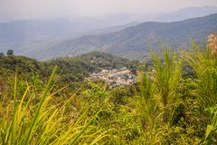 Doi Pui's Hmong etnisk kulle-stam by, flyg- sikt från Arkivbilder