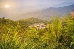 Doi Pui's Hmong etnisk kulle-stam by, flyg- sikt från Arkivfoton