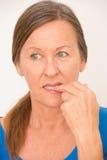 Doigt acéré de femme nerveuse Photographie stock