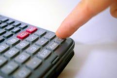 Doigt appuyant sur la touche de calculatrice Images libres de droits