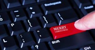 Doigt appuyant sur un bouton de Joyeux Noël banque de vidéos