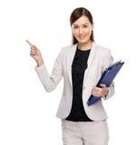 Doigt asiatique de femme d'affaires avec le panneau d'agrafe photos stock