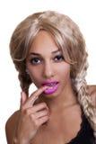 Doigt blond de perruque de femme de couleur dans la bouche Photographie stock libre de droits