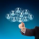Doigt cliquant sur sur les ressources humaines dans le nuage Image libre de droits