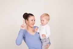 Doigt d'exposition de jeu de mère et de petit garçon Photos stock