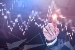 Doigt d'homme d'affaires et graphique de gestion Photos stock