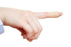 Doigt d'une main à la bande-aide photos stock