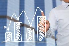 Doigt de contact d'homme d'affaires aux affaires de barre analogique au point maximal Photographie stock