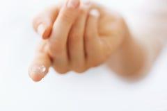Doigt de femme avec le cristallin de contact Eyecare de vision images stock