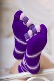 Doigt de fille de chaussettes formé et coloré Photo stock
