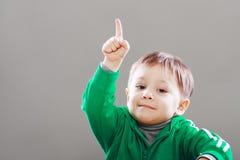 Doigt de petit garçon vers le haut images libres de droits