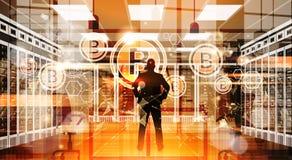Doigt de point d'homme d'affaires de silhouette à la crypto technologie d'argent de Web de Digital de concept de devise de Bitcoi Photographie stock libre de droits