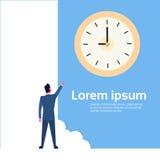 Doigt de point d'homme d'affaires au concept de date-butoir de gestion du temps d'horloge Images stock
