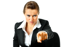 Doigt de pointage femelle d'affaires confiantes à vous Photographie stock libre de droits