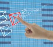 doigt des contacts d'homme d'affaires sur l'icône d'enveloppe images libres de droits