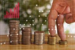 Doigt marchant sur la pile des pièces de monnaie, le concept dans la croissance, les finances, le compte et le succès dans les af image libre de droits