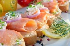 Doigt-nourriture avec des saumons image stock