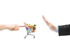 Doigt poussant un caddie avec les produits alimentaires et la main masculine Photo stock