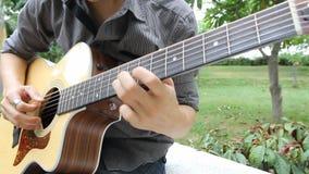 Doigt sélectionnant la guitare clips vidéos