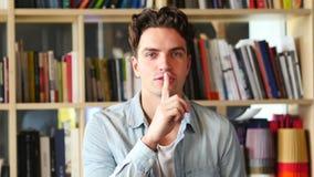 Doigt sur des lèvres, demandant le silence banque de vidéos