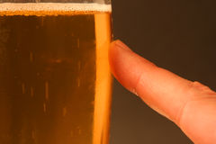 Doigt sur la bière - serie Photo stock
