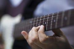 Doigt sur la guitare Photos stock