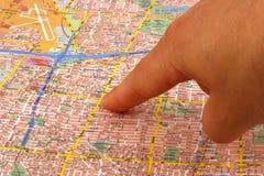 Doigt sur une carte Photo stock