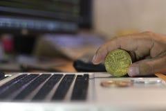 Doigt tenant le fond d'actions du marché de bitcoin et de diagramme, busine photo stock