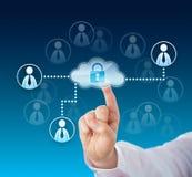 Doigt touchant un réseau d'entreprise verrouillé de nuage Images stock