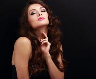 Doigts émouvants de belle femme heureuse sa peau saine de cou sur le noir Image libre de droits