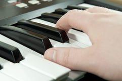 Doigts appuyant sur des touches de piano Photos libres de droits