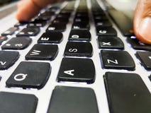 Doigts appuyant sur des touches sur le clavier d'ordinateur portable Une fin vers le haut de vue photo libre de droits
